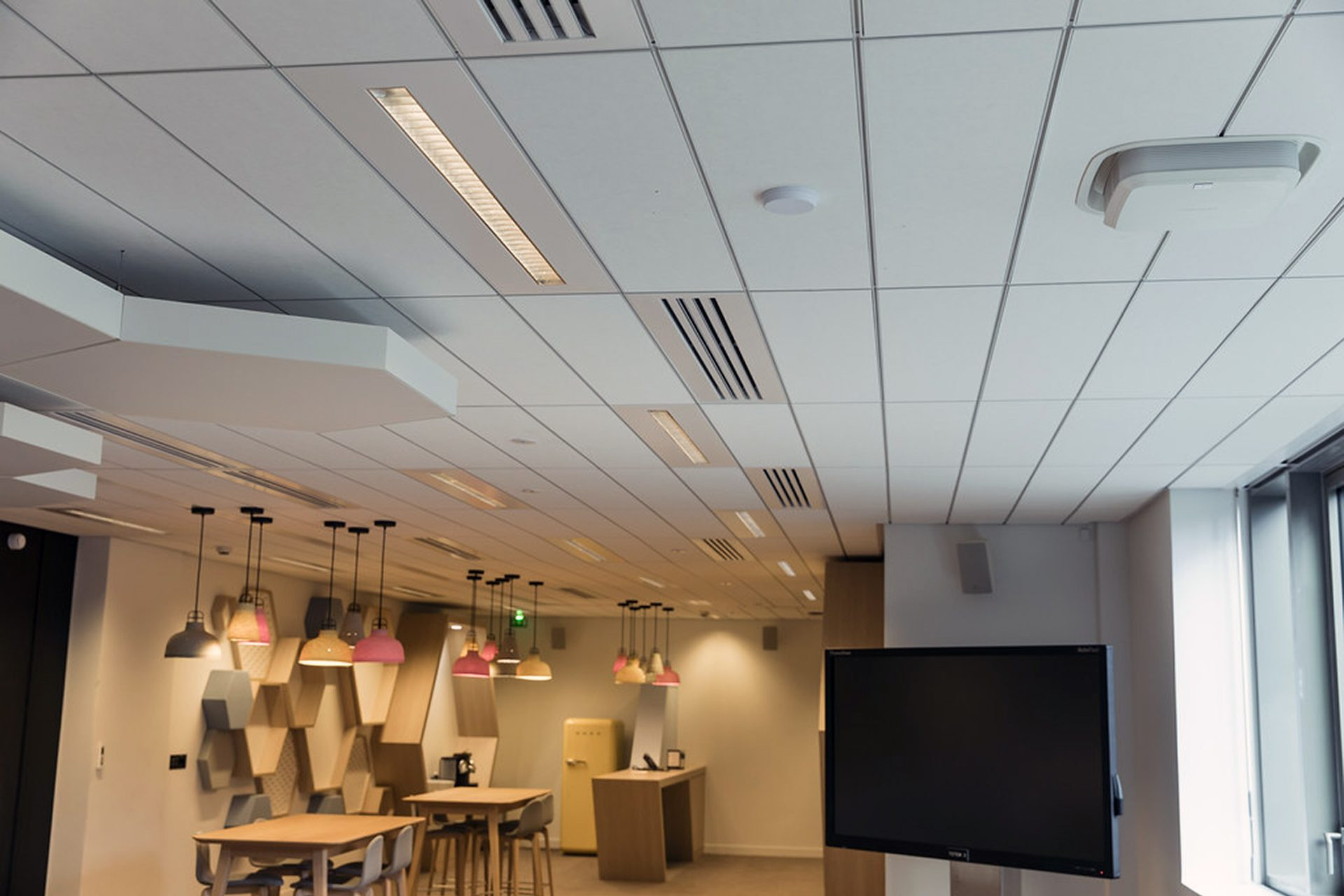 Above illustration show the same antenna (Commscope UAP) ceiling mounted once again providing WiFi and cellular signal.